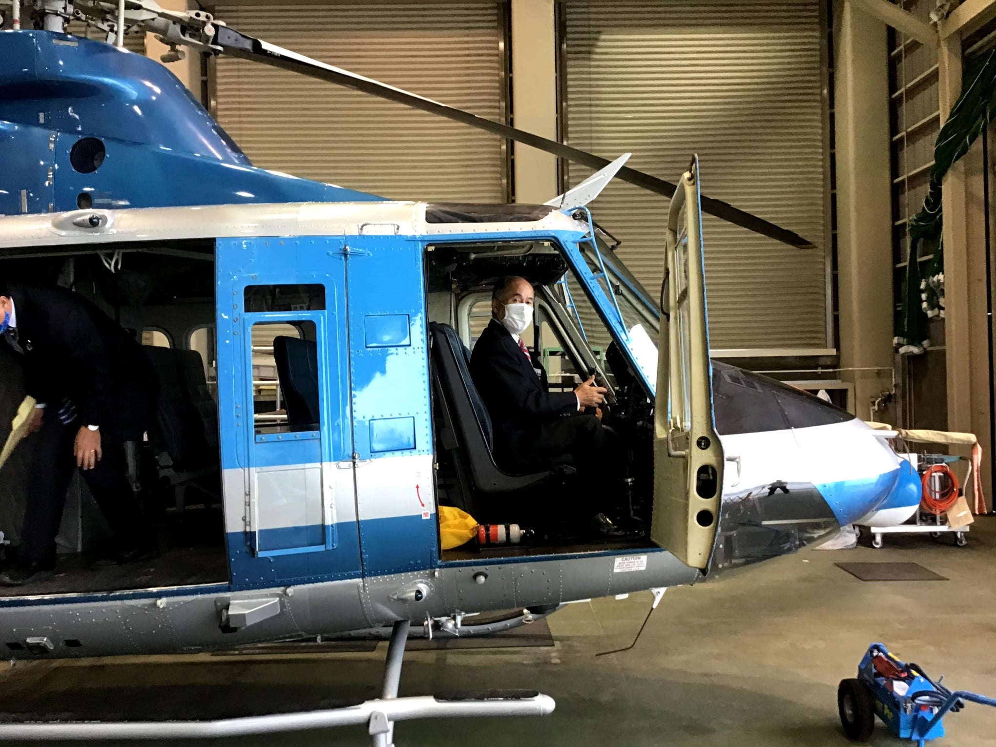 知県警察航空隊の活動内容をお聞きしました。4機のヘリコプターを保有し、初動警察活動や災害派遣に活躍しています。特に近年、問題となっている「あおり運転の上空からの追跡捜査」において、地上のパトカーと連携し、交通違反取締に活躍しているとの報告を受けました。